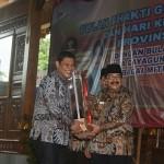 Walikota Kediri menerima Piala Pelaksana BBGRM Terbaik Jawa Timur 2016